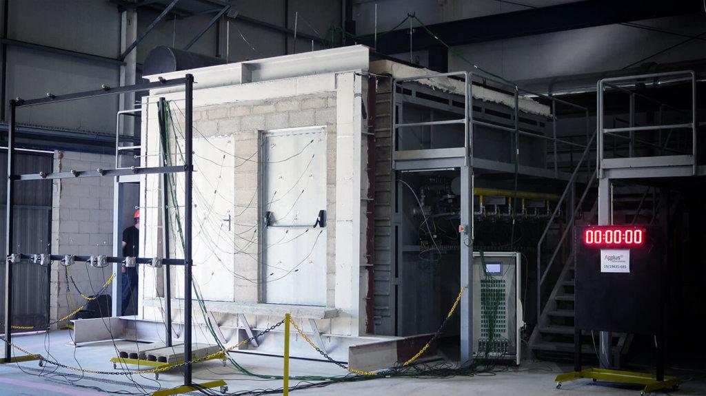 A TRIA ensaiou, com êxito, as portas resistentes ao fogo da série RF (aro esmagado) e série W